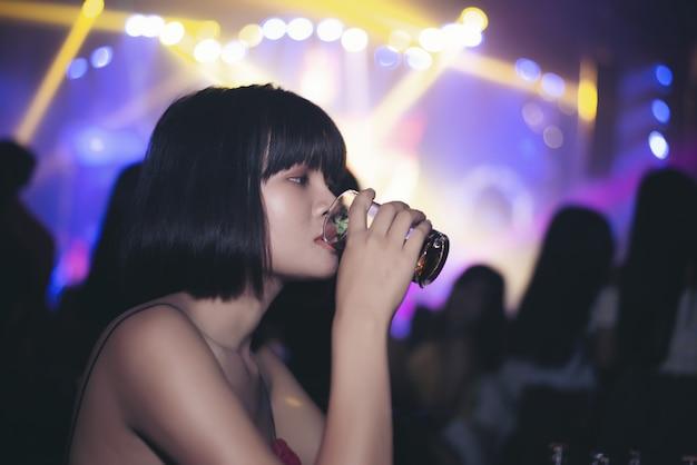 Aziatisch meisje bier drinken in een bar Gratis Foto