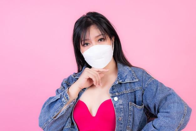 Aziatisch meisje dat beschermend gezichtsmasker draagt voor bescherming tijdens de quarantaine Gratis Foto