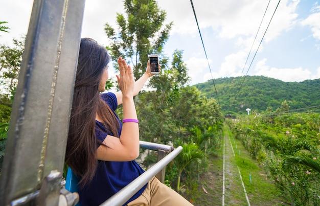 Aziatisch meisje dat selfie op het licht van de bergmening neemt Premium Foto
