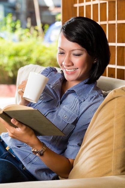 Aziatisch meisje met het boek van de koplezing Premium Foto