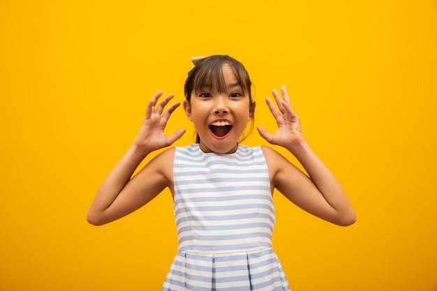 Aziatisch meisje verbaasd Premium Foto