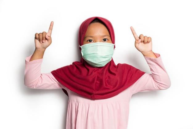 Aziatisch moslimmeisje op een witte achtergrond Premium Foto