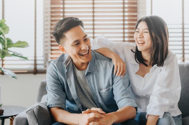 Aziatisch paar dat pret heeft en in het houden van van ruimte lacht Premium Foto