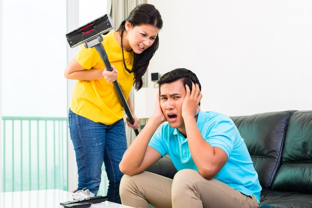 Aziatisch paar dat verhoudingsmoeilijkheden heeft Premium Foto