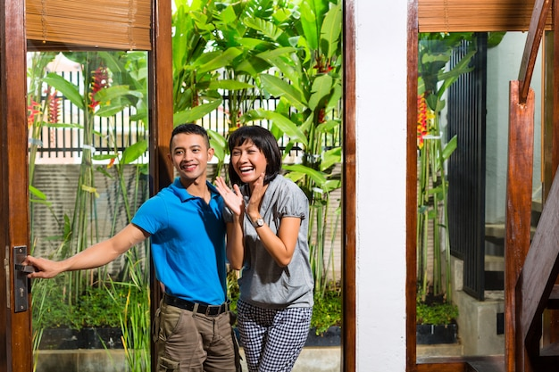 Aziatisch paar dat zich in het nieuwe huis beweegt Premium Foto