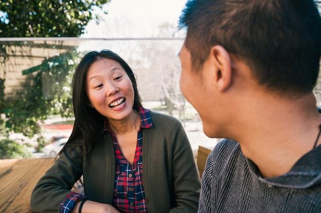 Aziatisch paar die goede tijd samen doorbrengen. Gratis Foto