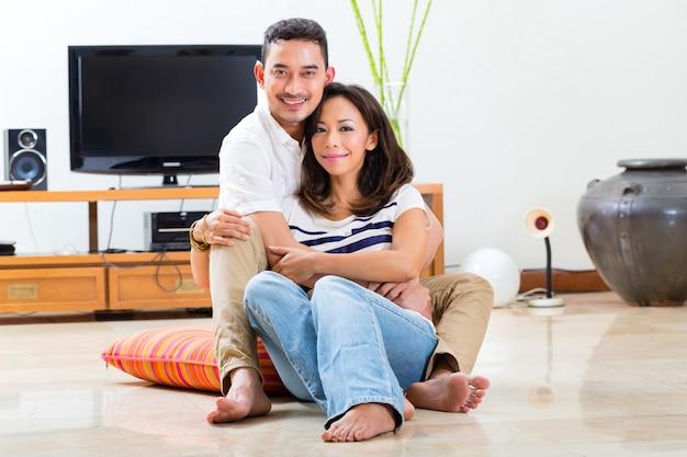 Aziatisch paar thuis in hun woonkamer Premium Foto