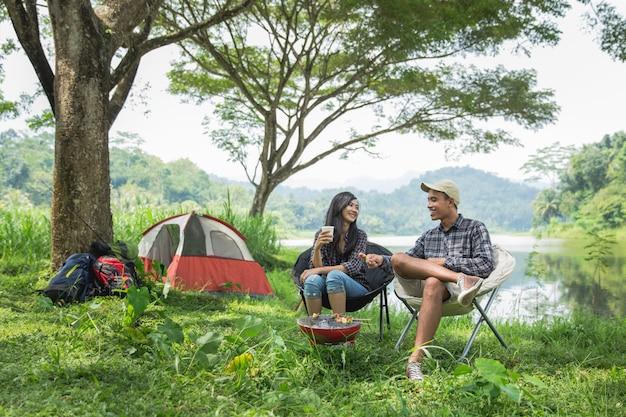 Aziatisch paar twee in aard het kamperen Premium Foto