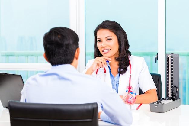 Aziatisch patiëntenoverleg spreekkamer Premium Foto