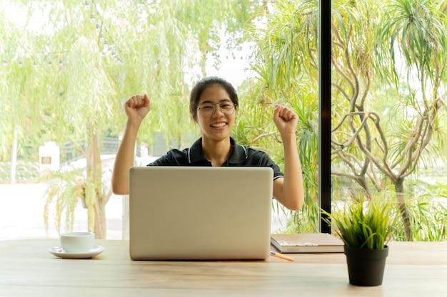 Aziatisch tiener vrolijk opgewekt het vieren succes voor netbook. Premium Foto