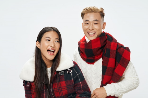 Aziatisch vrouw en man stellend model samen Premium Foto