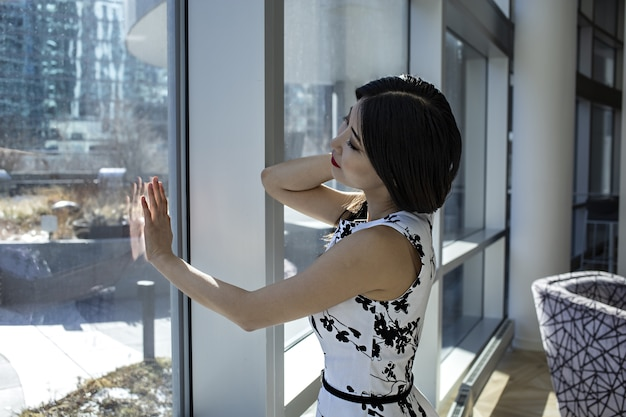 Aziatisch vrouwelijk model draagt een modieuze sexy witte jurk Gratis Foto
