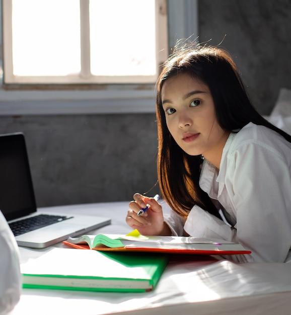 Aziatisch vrouwenhuiswerk op bed Premium Foto