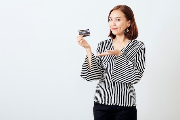 Aziatisch vrouwenvrouwenbedrijf dat creditcard voorstelt Premium Foto