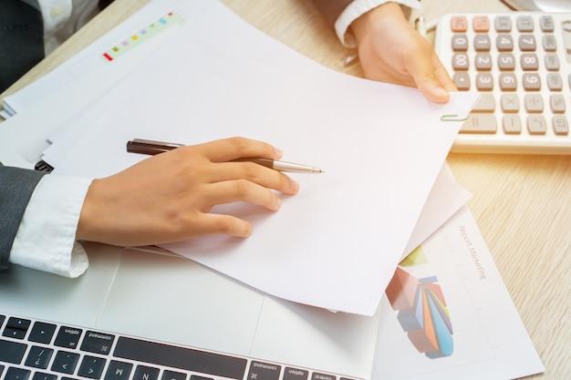 Aziatische bedrijfsvrouwenmanager die aanvrager controleren en ondertekenen die documentenrapporten vult Premium Foto