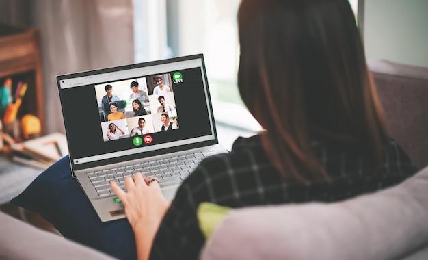 Aziatische bedrijfsvrouwenvergadering met multi-etnische bedrijfsmensen en vdo-conferentie live streaming in het werk van huisconcept Premium Foto