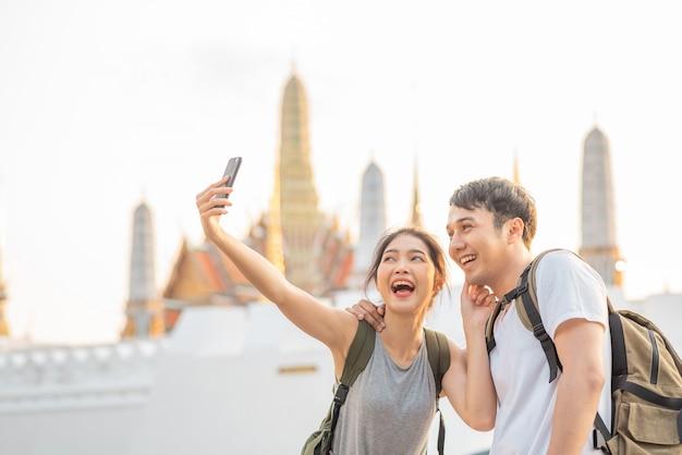 Aziatische bloggerpaarreis in bangkok, thailand Gratis Foto