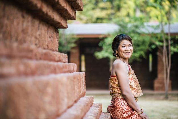 Aziatische bruid die in oude tempel post Gratis Foto