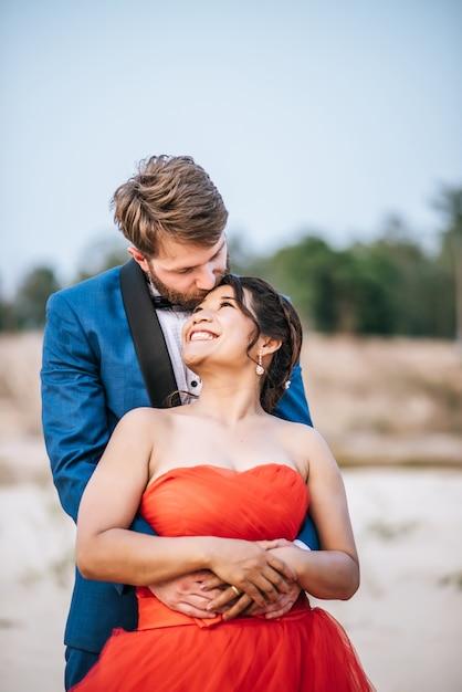 Aziatische bruid en kaukasische bruidegom hebben romantiek tijd en gelukkig samen Gratis Foto
