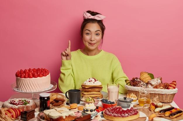 Aziatische dame geobsedeerd door zelfgemaakte zoetigheden Gratis Foto