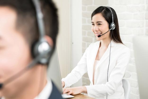 Aziatische de dienstagent die van de vrouwenklant in call centre werkt Premium Foto