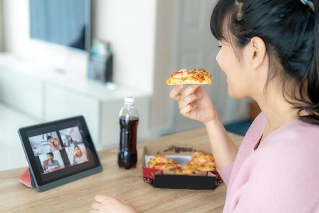 Aziatische de vergaderingspartij van het vrouwen virtuele gelukkige uur en samen online eten van voedsel Premium Foto