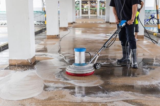 Aziatische de was buitengang van het arbeiders schoonmakende zand was Premium Foto