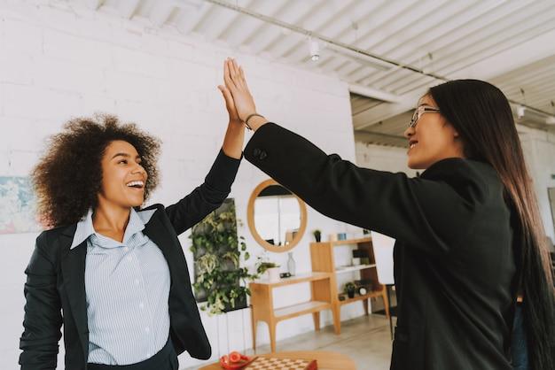 Aziatische en afro-ondernemers geven elkaar vijf. Premium Foto