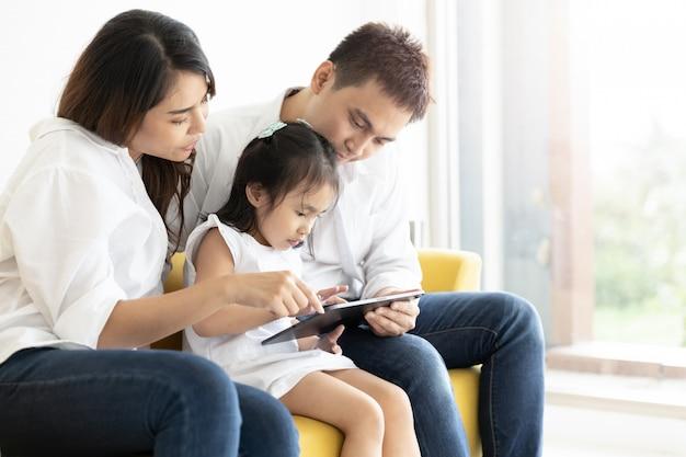 Aziatische familie met een digitale tablet Premium Foto