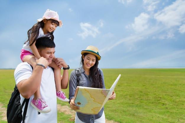 Aziatische familie planning een reismoeder en een dochter die kaart bekijken Premium Foto