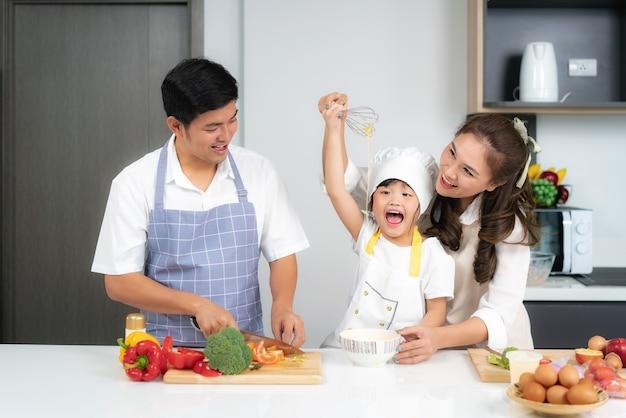 Aziatische familie samen koken Premium Foto