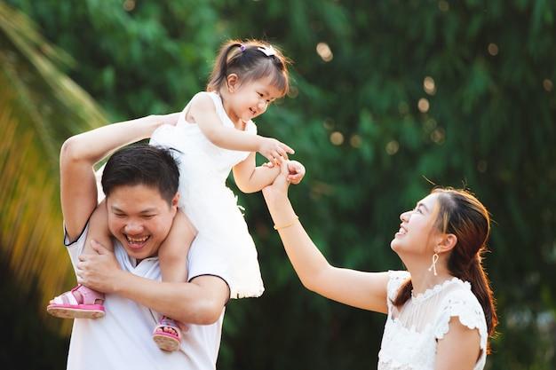 Aziatische familie vader moeder en dochter spelen samen in het park met liefde en geluk Premium Foto