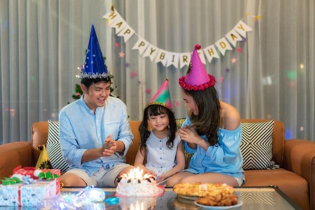 Aziatische familie viert verjaardag Premium Foto