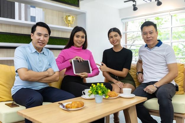 Aziatische freelancers houden tablet vast Premium Foto
