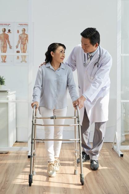 Aziatische fysiotherapeut met patiënt Gratis Foto