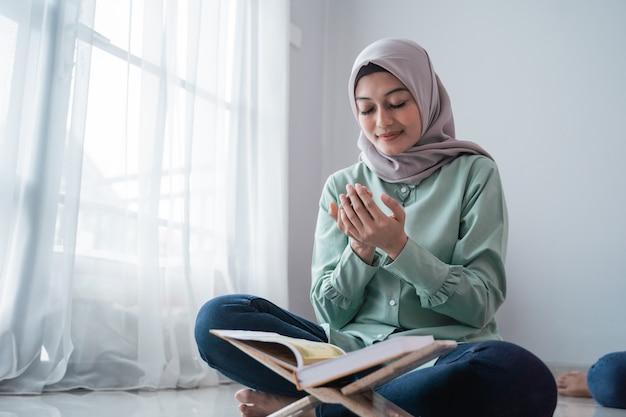 Aziatische hijab jonge vrouwen bidden Premium Foto
