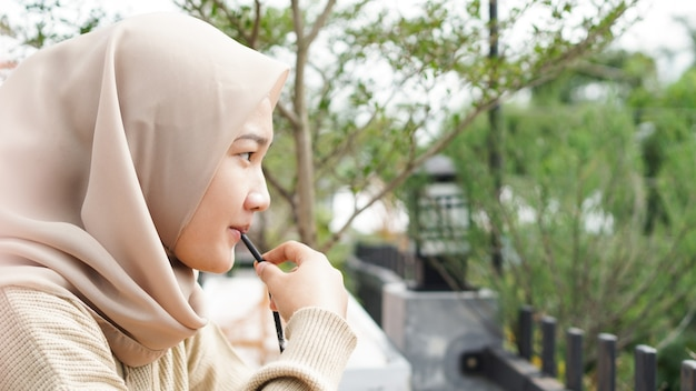 Aziatische hijab vrouw drinken in café Premium Foto