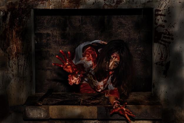 Aziatische jonge vrouw kleding moordenaar voor halloween Premium Foto