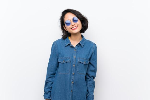 Aziatische jonge vrouw over geïsoleerde witte achtergrond met glazen en gelukkig Premium Foto