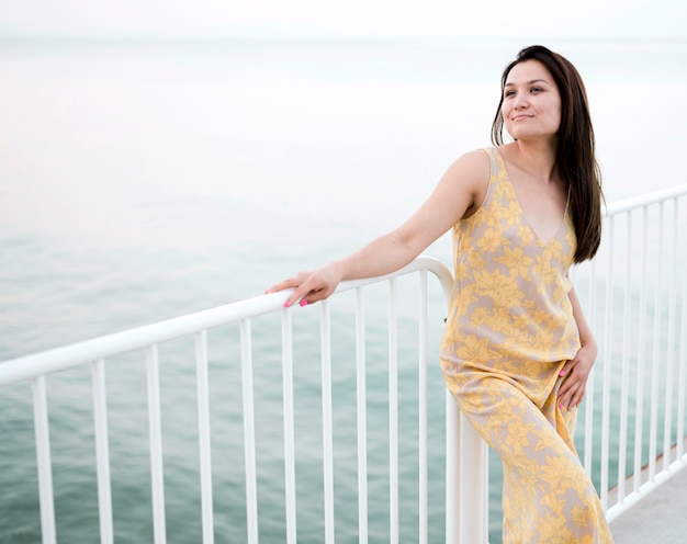 Aziatische jonge vrouwelijke model door de zee Gratis Foto