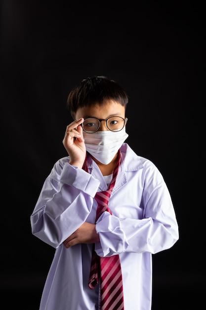 Aziatische jongen met masker Gratis Foto