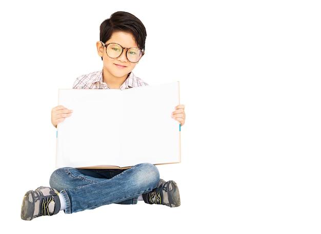 Aziatische jongen toont gelukkig leeg boek Gratis Foto