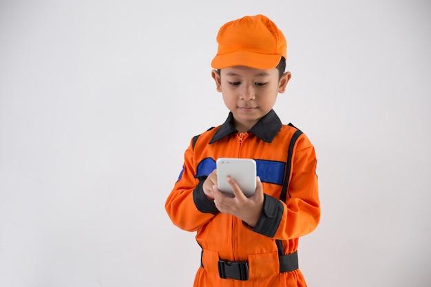 Aziatische jongetje met uniforme technicus, ingenieur of astronaut Premium Foto