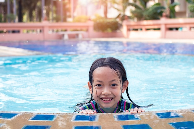 Aziatische kind meisje glimlach in het zwembad Premium Foto