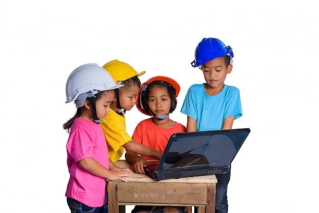 Aziatische kinderen die veiligheidshelm en denkende die planer dragen op witte achtergrond wordt geïsoleerd. kinderen en onderwijs concept Premium Foto