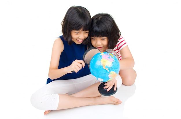 Aziatische kinderen kijken naar de hele wereld Premium Foto