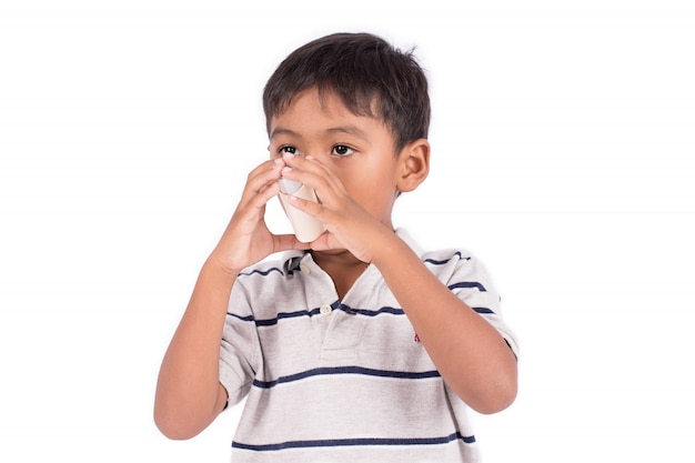 Aziatische kleine jongen met behulp van een astma-inhalator Premium Foto