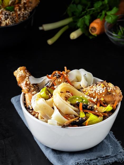 Aziatische lunch met noedels met kip in teriyakisaus, groenten, kruiden en microgreens Gratis Foto