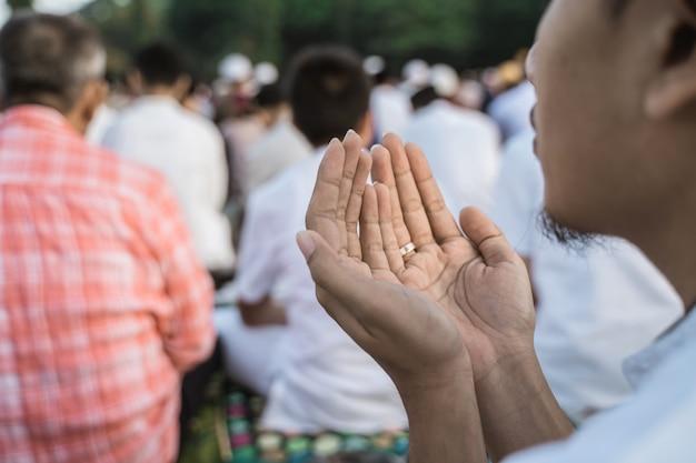 Aziatische man bidden eid gebed Premium Foto