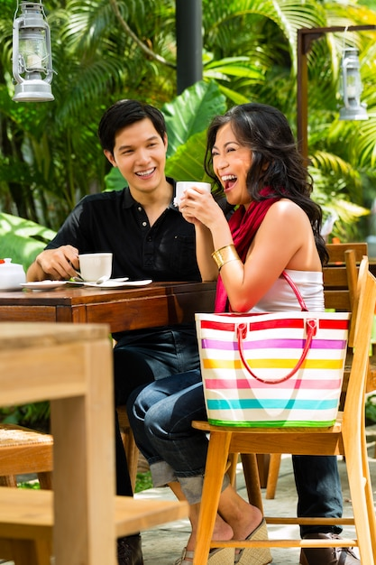 Aziatische man en vrouw in restaurant of café Premium Foto